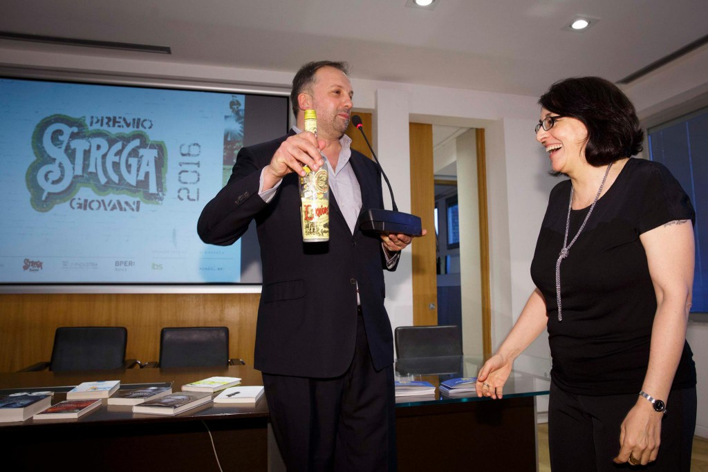 Rossana Campo premiata da Stefano Petrocchi con una bottiglia di torroncini Strega Alberti Premio Strega giovani 2016  ©Musacchio & Ianniello — presso CIVITA.