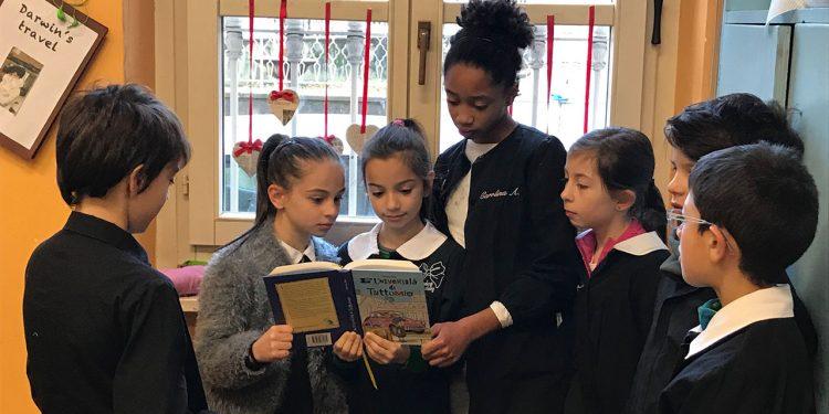 I giurati della Scuola primaria XXV Aprile di Biella all'opera nelle attività di lettura dei libri finalisti alla categoria +6